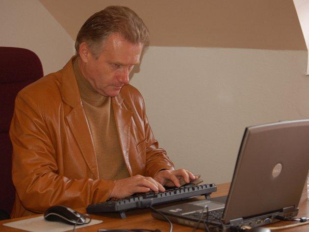 Jiří Lajtoch odpovídá v redakci Přerovského deníku čtenářům on-line.