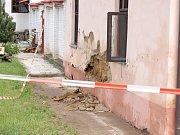Lidé vyklízející své domy, všudypřítomní hasiči, takový obrázek skýtaly o víkendu ulice Křenovic, které postihly přívalové deště.