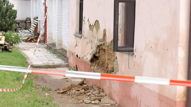 Pohled na jeden z poškozených domů napoví o řádění vodního živlu téměř vše.