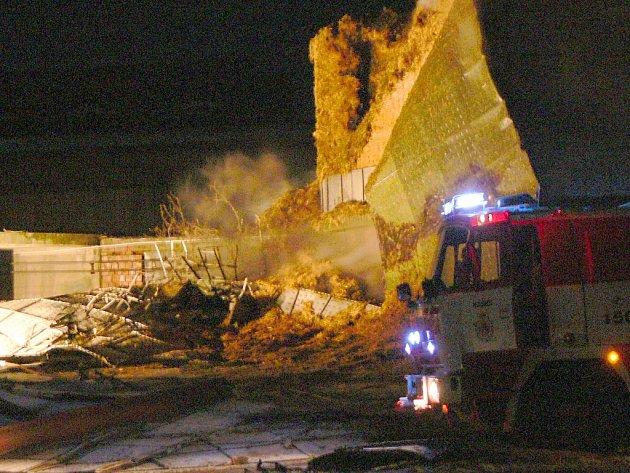 Hasiči zasahují u požáru sila v Klokočí na Hranicku.