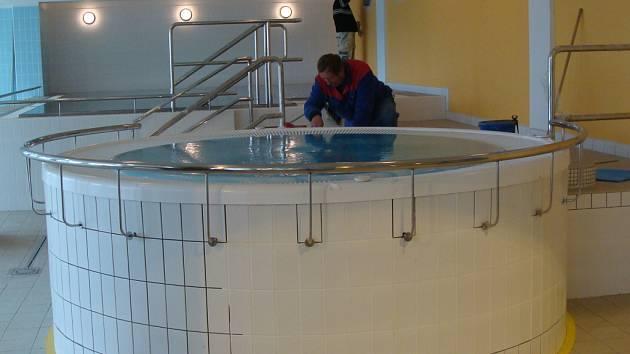 Provozovatel bazénu v těchto dnech dokončuje instalování whirpoolu a masážního bazénu.
