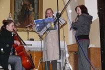 Vánočním zpívání u kapličky sv. Anny v Hluzově - poslankyně Lenka Andrýsová uprostřed v bílém kabátě