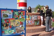 Výstavou výtvarných prací u majáku na místě bývalé plovárny u Bečvy a úklidem Žebračky oslavily ve středu 22. dubna děti ze Základní školy Za mlýnem v Přerově Den země.