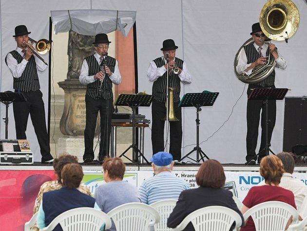 Skupina Stanley´s Dixie Street Band přilákala na hranické náměstí svým klasickým dixíkem desítky lidí.
