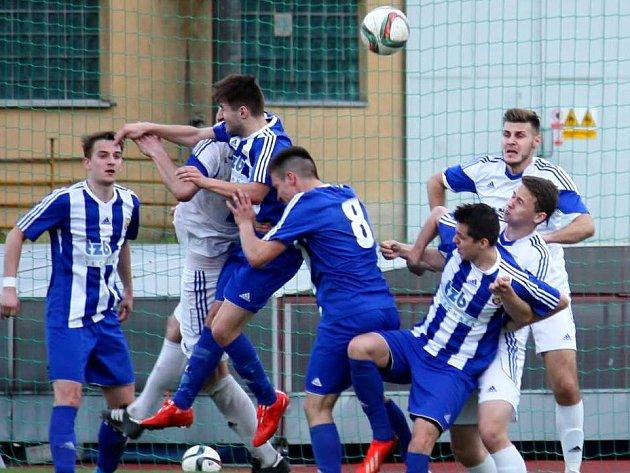 Fotbalisté Hranic (v modrém). Ilustrační foto