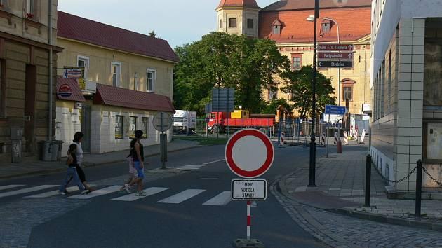 Řidiči v Holešově musí v těchto dnech počítat s drobným omezením.