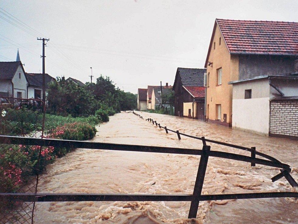 Potoční ulice a ulice Na Hrázi v Hustopečích nad Bečvou byly v městysu v roce 1997 postiženy povodní jako jediné.