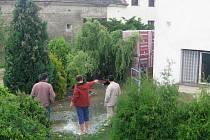Vlivem mohutného proudu vody se ve středu večer v Bělotíně zřítilo do potoku Ludina několik balíků cihel, uskladněných u břehu.
