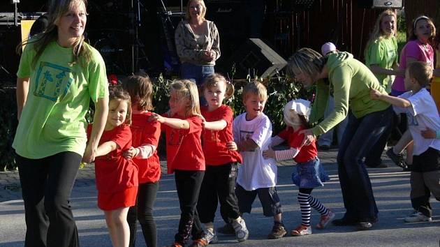 Ve Skaličce pokáceli májku a děti se prošly Pohádkovým lesem.
