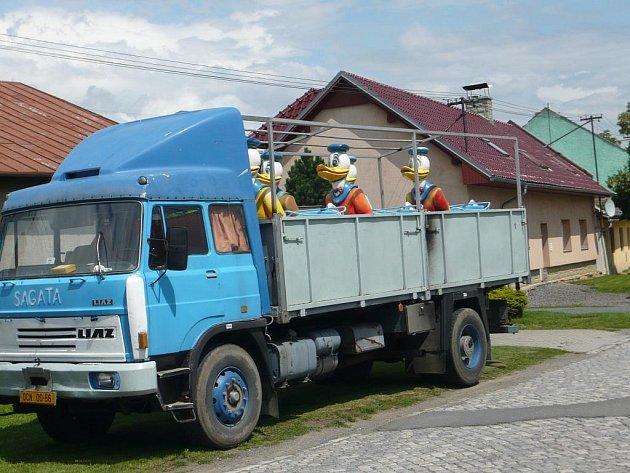 První pouťové atrakce dorazily do drahotušských ulic již v pondělí 20. července odpoledne.