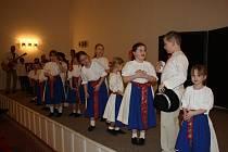 Folklorní soubor Rozmarýnek zatančil a zazpíval pro radost hranickým obyvatelům.