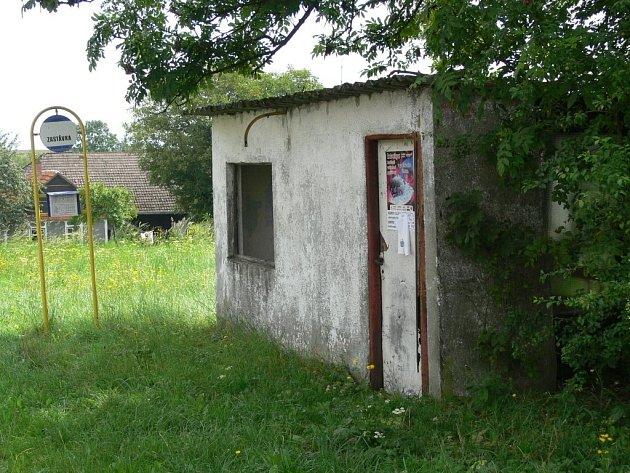 Současná autobusová zastávka ve Středolesí nevyhovuje. Lidé se těší na novou.