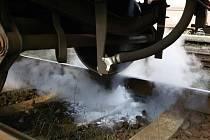 Zásah hasičů u úniku nebezpečné látky z cisterny na nádraží v Hranicích