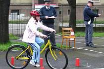 Pod dohledem policie musely děti předvést jízdu zručnosti na kole.