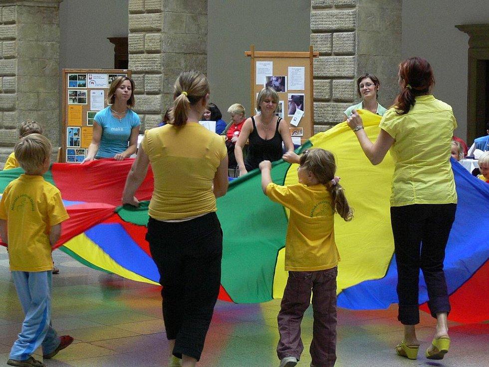 V doprovodném programu vystoupila skupina Abada Capuiera s ukázkou bojových tanců. V dalším programu vystoupily děti z mateřského centra Dráček a malé i velké břišní tanečnice ze skupiny Najman.