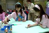 Pestrobarevní ptáčci vyrůstali pod rukama dětí, které se zúčastnily soutěže pořádané hranickým Domečkem.