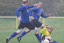 V deštivém počasí sehráli dvanácté kolo okresního přeboru fotbalisté Dukly a rezervy Ústí, lépe si vedli domácí hráči.