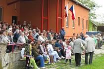 Ani chladné počasí neodradilo mnohé Hraničany od oslav Svátku práce, které pořádali místní komunisté.