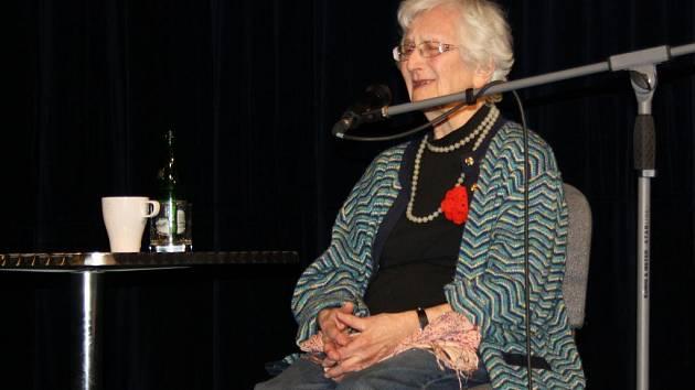 Hana Hnátová Lustigová na besedě s hranickými studenty v divadle Stará střelnice