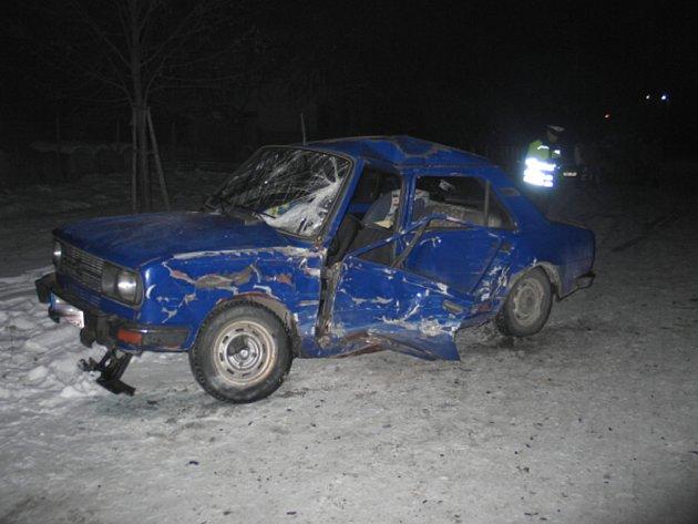Muž ve voze Škoda 120  nezvládl řízení.