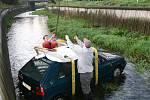 Nejprve bylo třeba vlézt do potoka a auto připevnit, aby je mohl jeřáb vytáhnout.