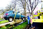 Vůz vytáhl z potoka za značného zájmu kolemjdoucích až autojeřáb.