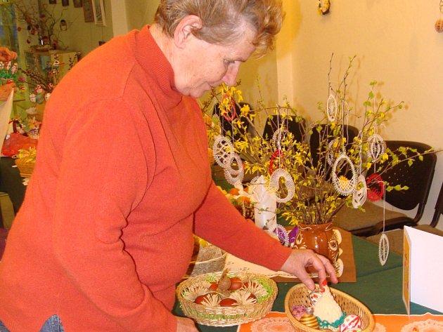Rukodělné práce členů Svazu tělesně postižených v Přerově můžou obdivovat návštěvníci informačního centra v Přerovance.
