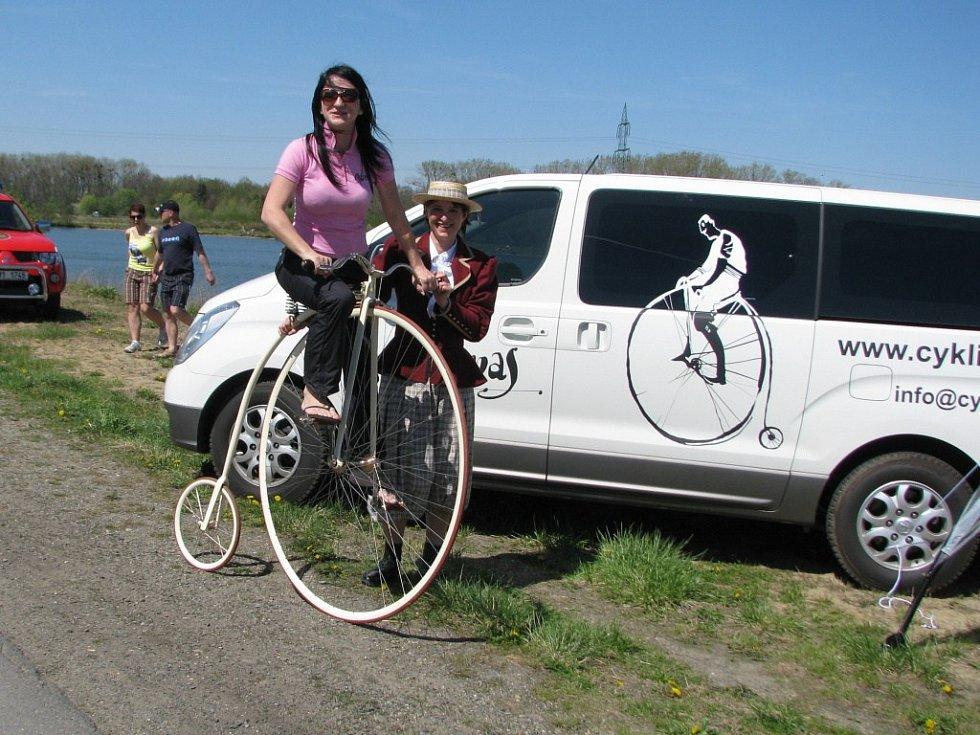 Hromadnou cyklovyjížďkou zahájili v sobotu 28. dubna cyklisté z Hranic, Lipníku nad Bečvou, Přerova a Tovačova letošní sezonu na Cyklostezce Bečva. V cíli, na oseckém Jadranu, čekal všechny zábavný program