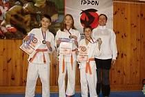 MISTROVSTVÍ. Tři medailisté se na MČR vyfotili s trenérkou