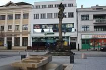 Mariánský sloup na Masarykově náměstí v Hranicích se mírně naklání na stranu.