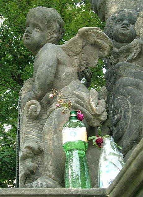 Když sochy pijí minerálky.
