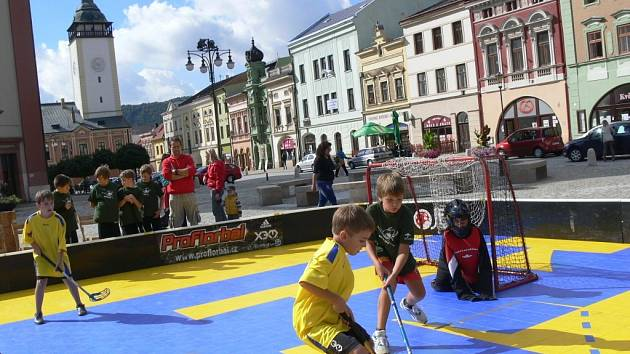 Turnaj ve florbale na náměstí v Hranicích