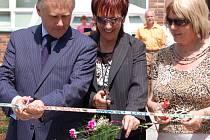 Slavnostního otevření hřiště se zúčastnili představitelé města a po přestřižení pásky si na něm zasportovalo šest set žáků ze sousedící ZŠ Svisle.