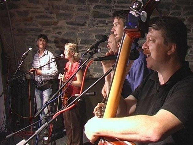 Koncert skupiny The Šůtrs, která se věnuje hlavně folku a country, si mohli užít posluchači hranického klubu.