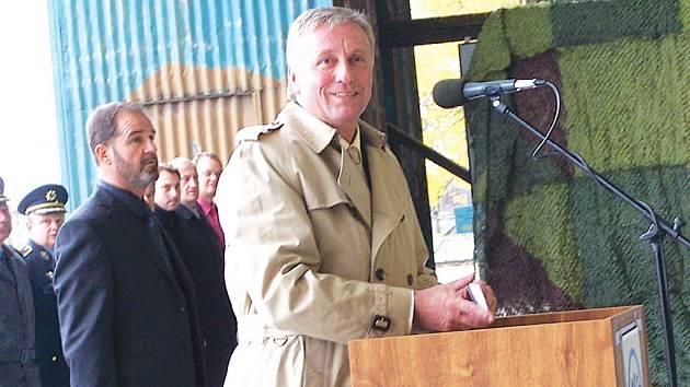 Český premiér Mirek Topolánek nastoupeným vojákům sdělil definitivní rozhodnutí vlády o dalším osudu bochořského letiště.