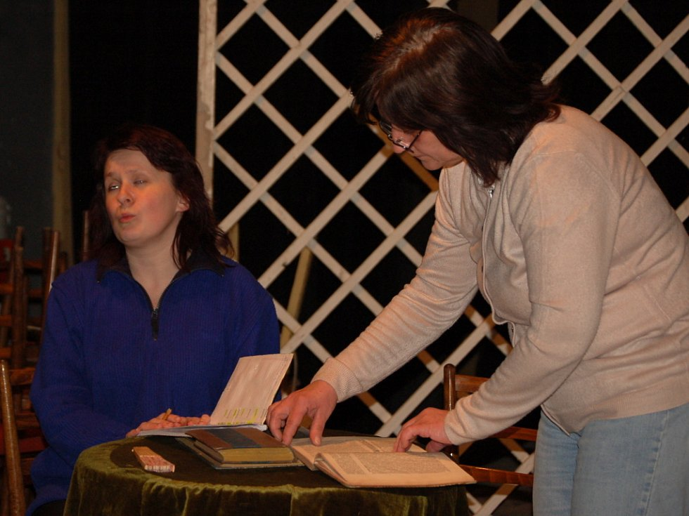 Dřevohostičtí ochotníci si pro letošní premiéru připravili hru Jak je důležité míti Filipa. Pamětníci si možná vzpomenou, že se v obci hrála naposledy před 34 lety.