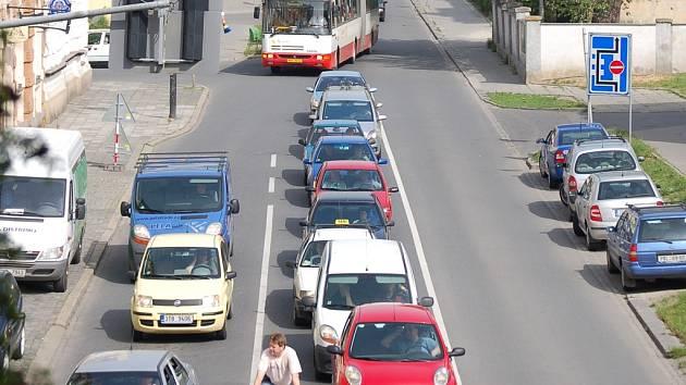 Výsledkem uzavírek jsou kolony aut v ulicích města.