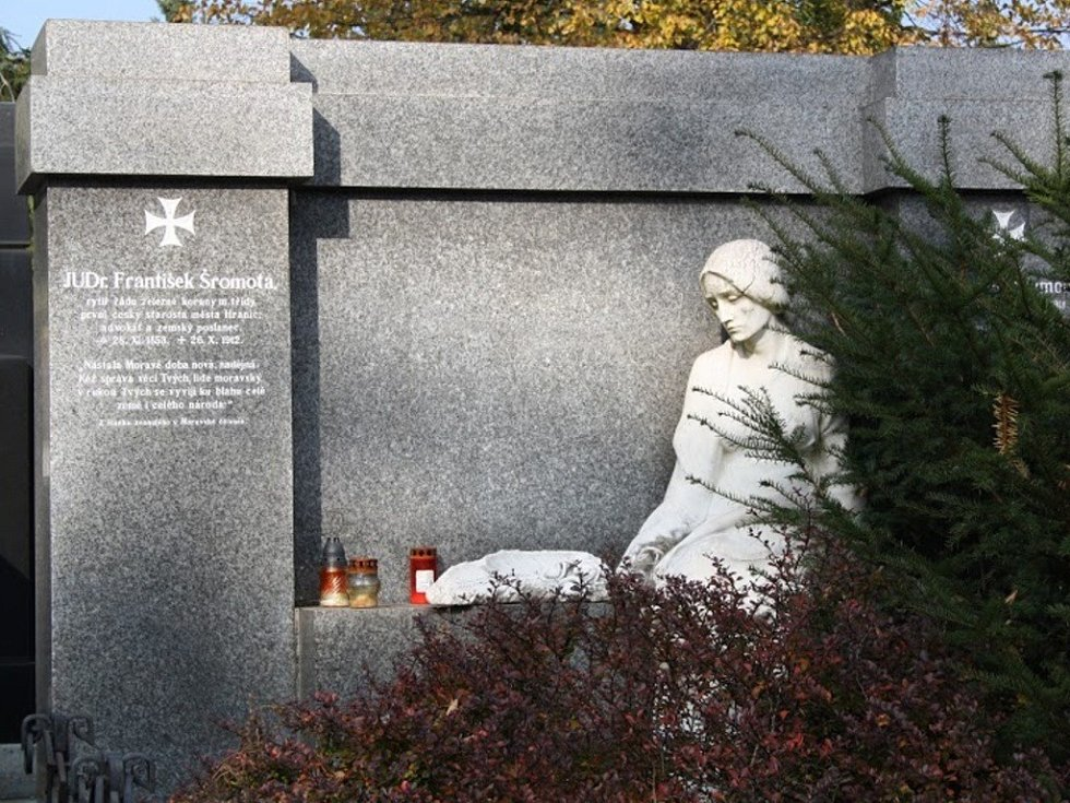 Na hranickém hřbitově najdete i hrob našeho starosty Františka Šromoty, lékaře, spisovatele a výtvarníka Josefa Heřmana Agapita Gallaše a dalších osobností.