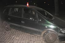 V ulici Šířava bourala opilá šestadvacetiletá řidička, která narazila do sloupku s dopravní značkou a veřejného osvětlení.