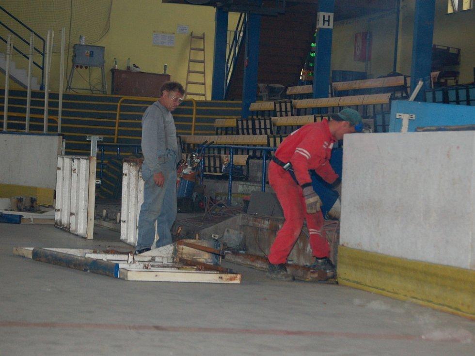 Rekonstrukce zimního stadionu v Přerově konečně začala. Dělníci nejprve rozebírají jižní tribunu, sedačky pod ní, a mantinely s tvrzeným sklem.