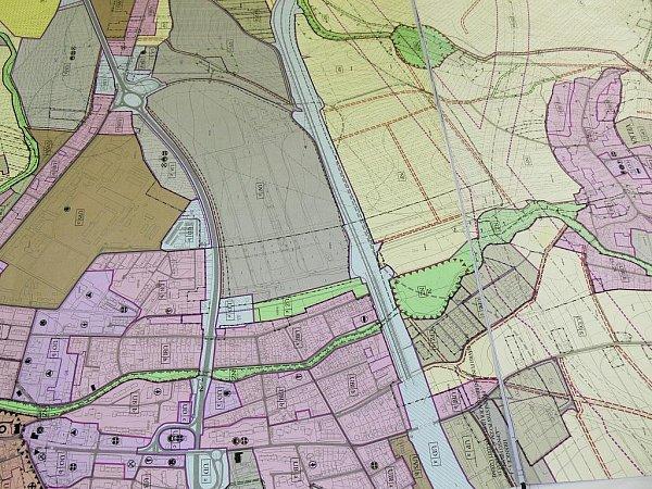 Nový územní plán počítá svysokorychlostní železniční tratí isvodním kanálem.