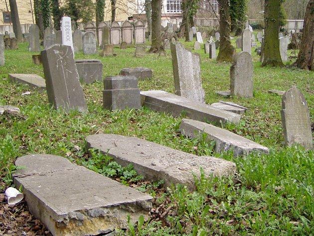 Hranický židovský hřbitov se stal opět terčem vandalů.