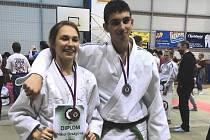 Medailisté Nikol Orságová a Ondřej Rác závodící za oddíl Judo Hranice.