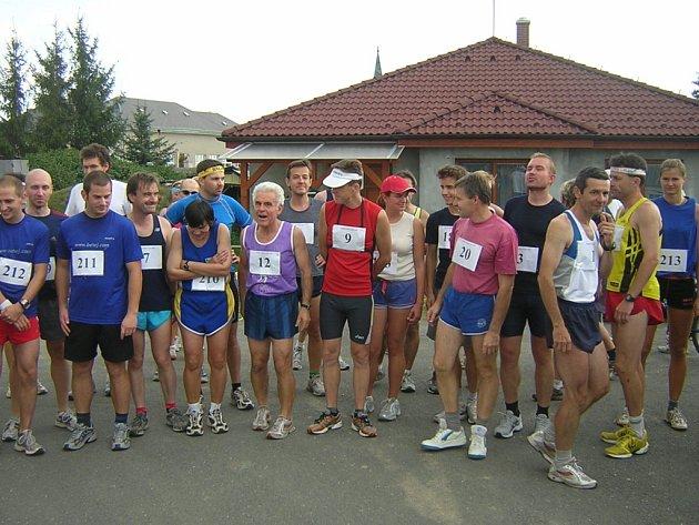 Běžci se řadí před startem závodu.