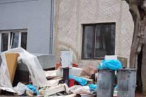 Doslova spoušť po sobě zanechala romská rodina, která se nedávno odstěhovala ze svého rodinného domku v přerovské ulici Dluhonská.