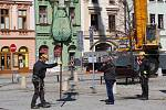 Sundávání poškozené věžičky kostela Stětí svatého Jana Křtitele na Masarykově náměstí v Hranicích v úterý 16. dubna krátce po desáté hodině dopoledne.