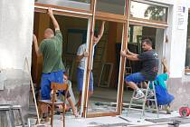 Výměna oken a dveří na dřevohostické sokolovně má skončit v polovině září.