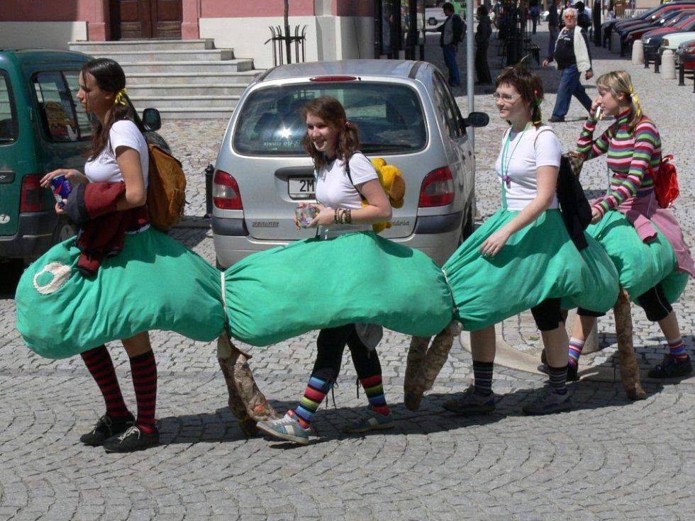 Karnevalové veselí připomínalo řádění maturantů v hranických ulicích.