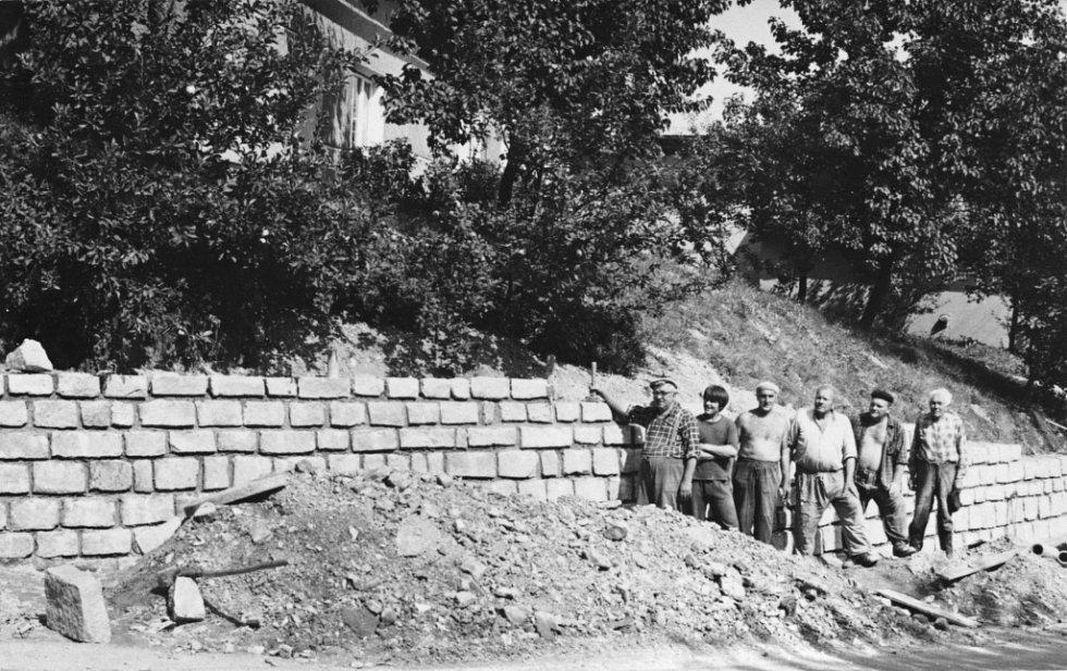V Radotíně si vždy občané zbudovali svépomocí leccos potřebného. V roce 1975 byla vystavena opěrná zeď před čp.1, jelikož s instalací vodovodu byl narušen svah. Na této akci pracovali čtyři důchodci v úhrnném věku 281 roků.