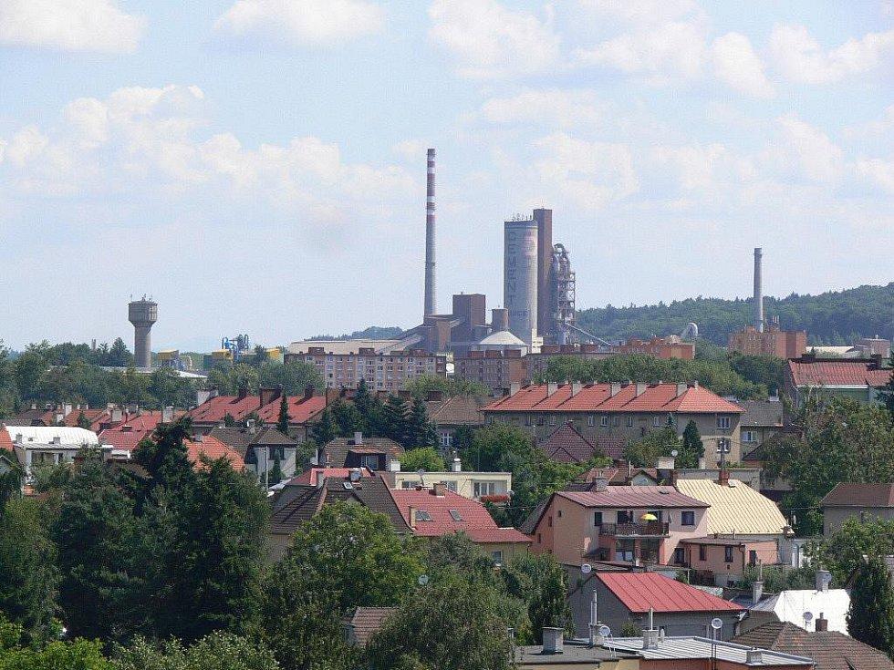 Město Hranice, v pozadí cementárna